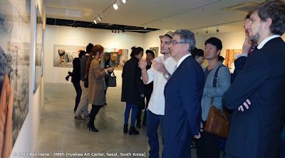 Ben Heine explaining the Pencil Vs Camera magic to Belgian Diplomacy in Seoul, South Korea - Pencil Vs Camera Signed Limited Edition Prints - Hyehwa Art Center - via INMD - 2013