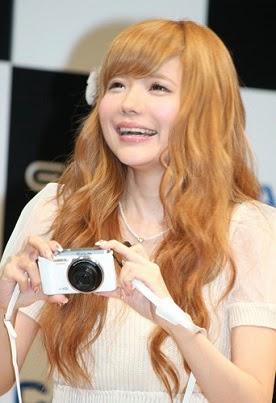 カメラをかまえて笑顔の益若つばさ