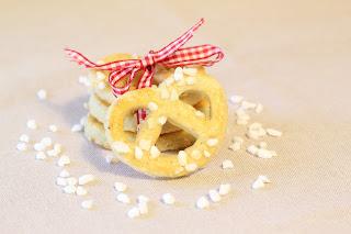 biscuits en forme de bretzels grains de sucre