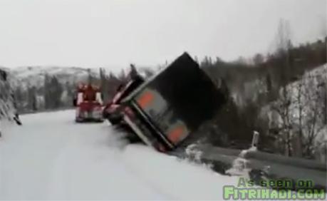 lori tunda tunda lori trailer jatuh gaung