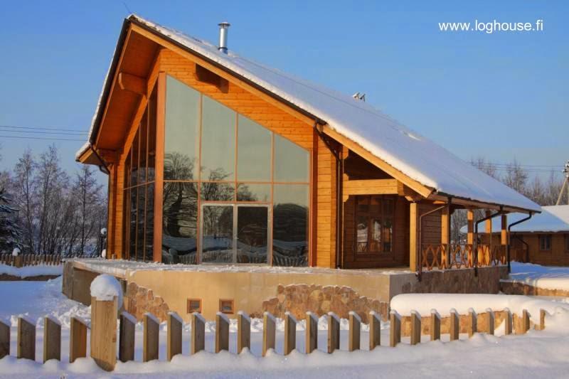 Casa de madera contemporánea de techos inclinados en Finlandia