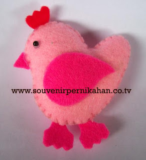 souvenir pernikahan kain flanel berbentuk ayam