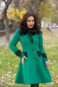 Paltonul cambrat pe talie cu aplicatii de dantela si blanita ecologica