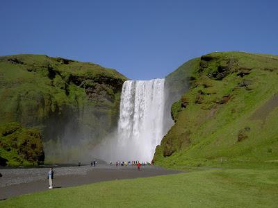 Cascadas Skogafoss en Islandia desde abajo