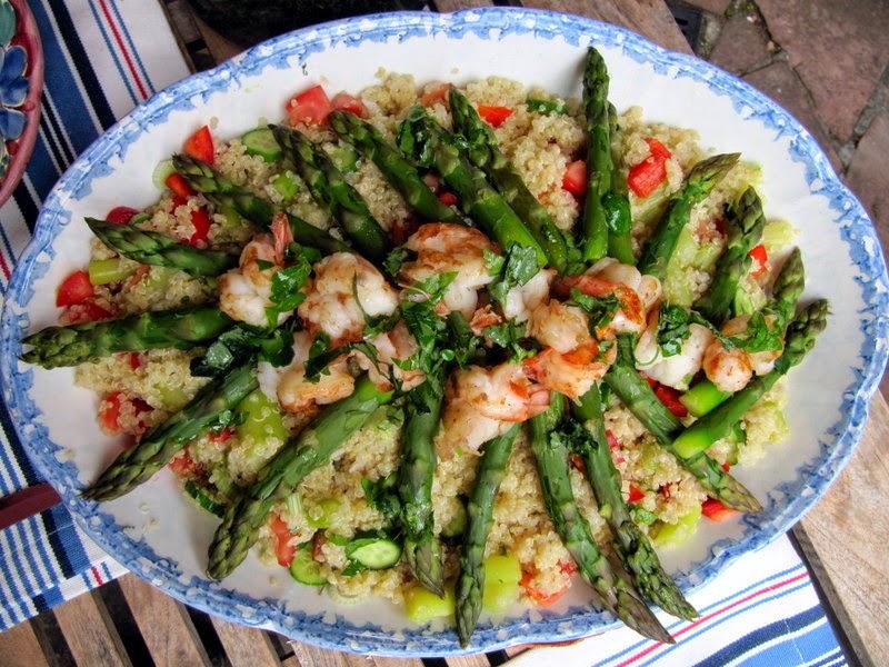 insalata di quinoa con asparagi e code di gamberi