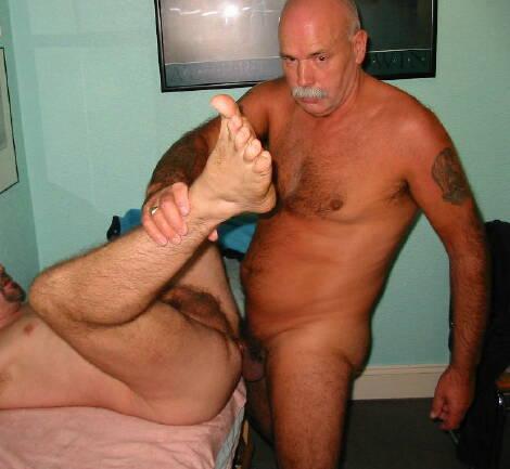 Гей постарше вводит в курс дела