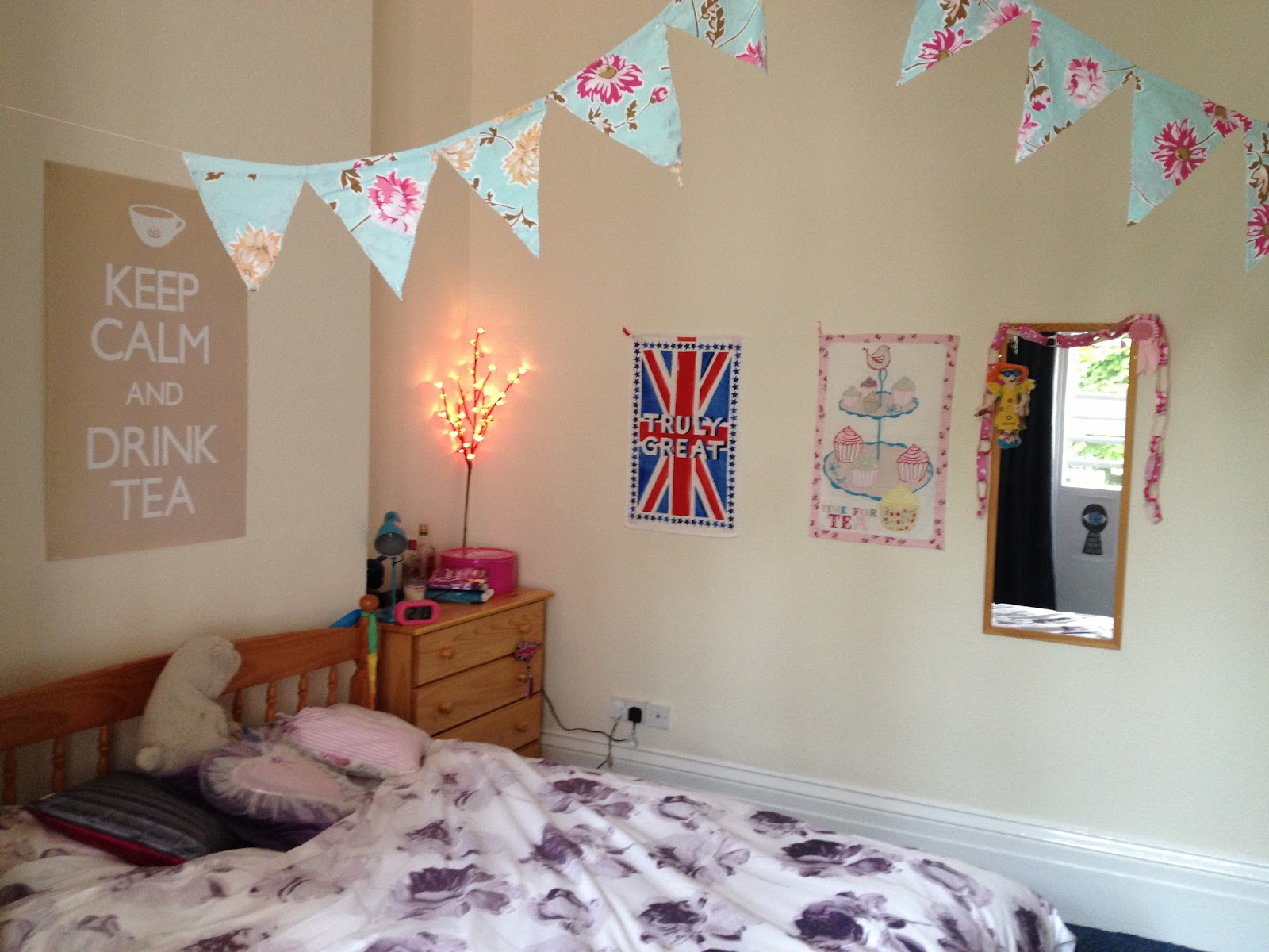 The twenty best ways to decorate your student room at uni handbags and cupcakes - How to decorate simple room ...