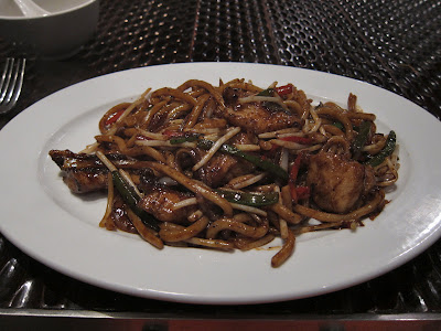 Udon tossed with black pepper sauce