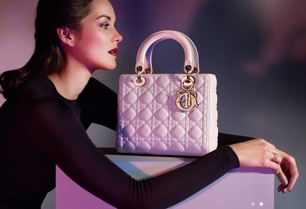 Mỹ nhân 9X dùng túi Lady Dior màu hồng phấn giá hơn 80 triệu đồng để tăng sức hút cho phong cách.