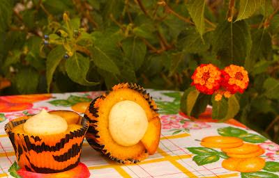 Cupcakes de vainilla farcits de mousse de préssec