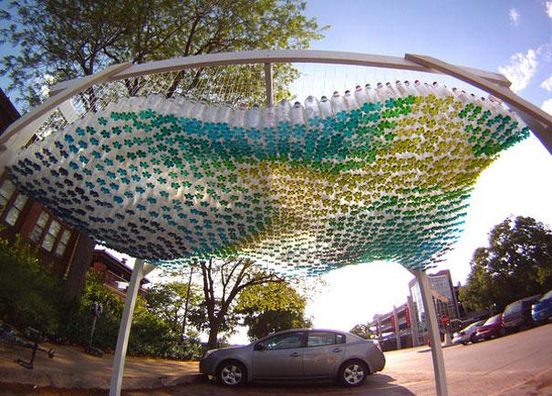 Bãi đậu xe màu sắc được thiết kế từ 1500 chai nhựa tái chế