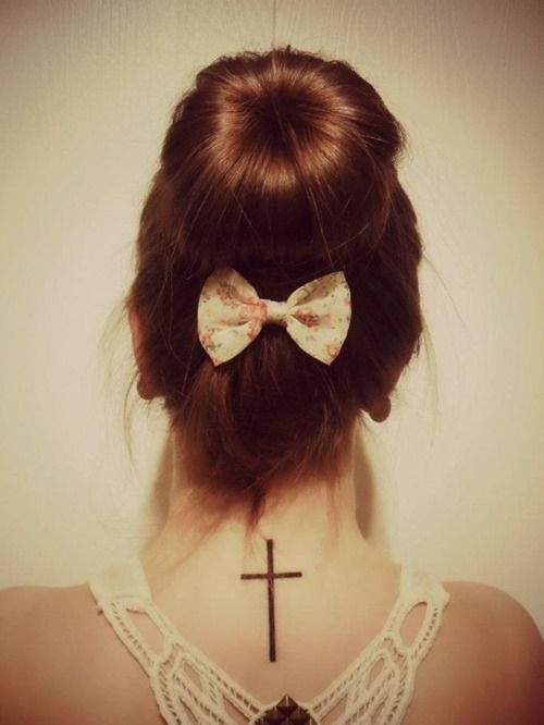 Los tatuajes de la Cruz para mujeres están teniendo en cuenta su rasgo femenino, por esta razón inciden especialmente en su carácter delicado , y por