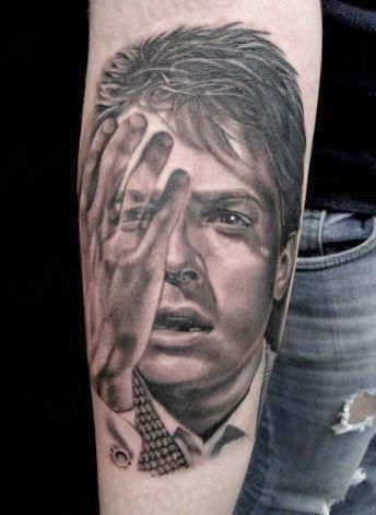 Tattoo rosto tatuado no braço