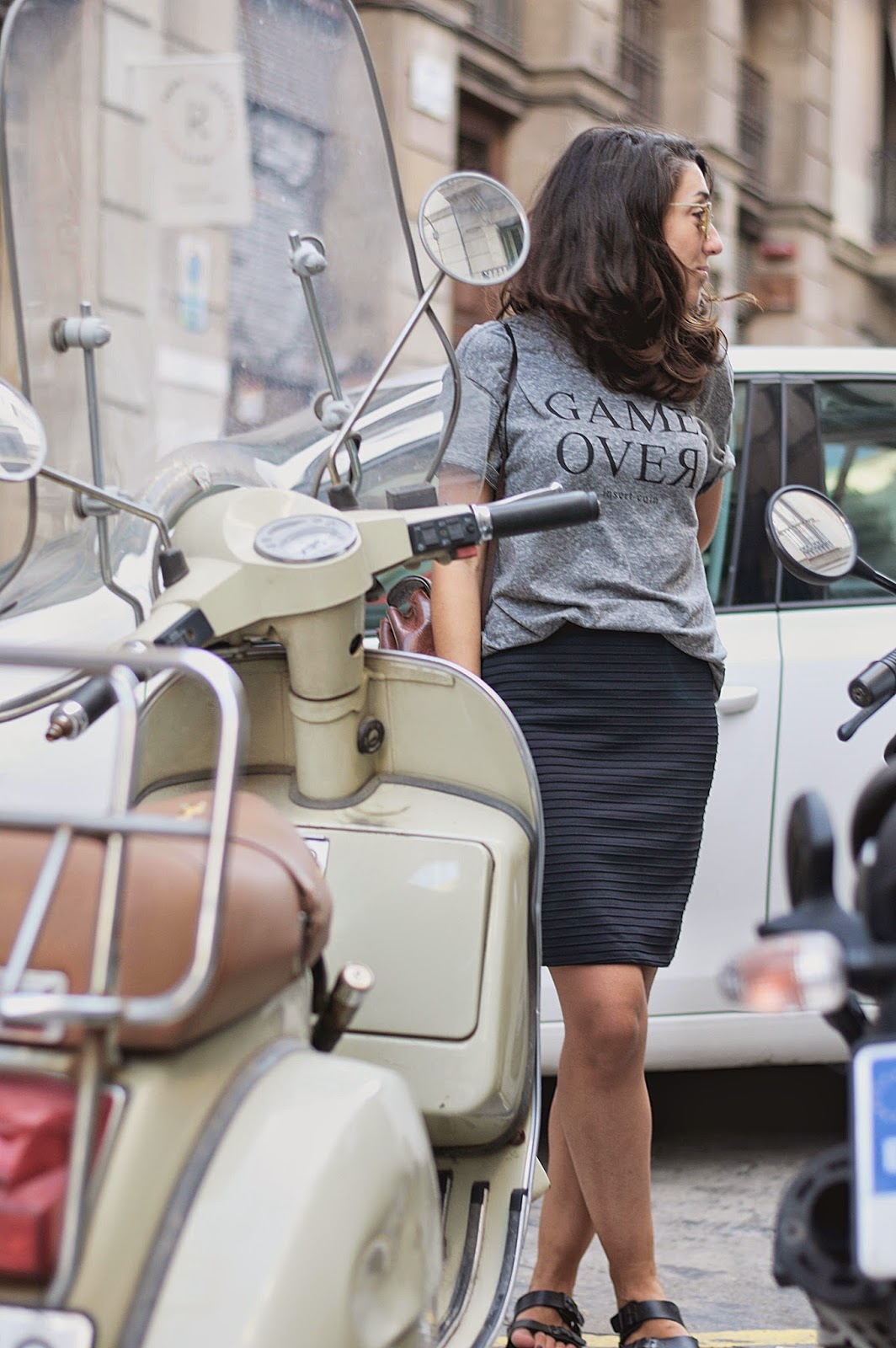 camiseta bershka Game Over, falda Mango, bolso vintage, sandalias Sommers