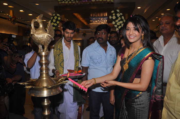 kajal agarwal in saree at chennai shopping mall launch cute stills