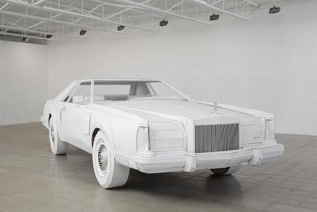 Artista usa papelão para criar réplica em tamanho real do 1979 Lincoln Continental do seu avô