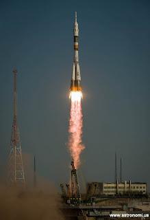 Peluncuran Roket contoh aksi reaksi