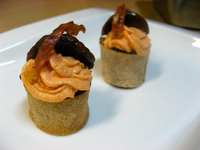 Muffin de jamón y pinatells con crema de tomate