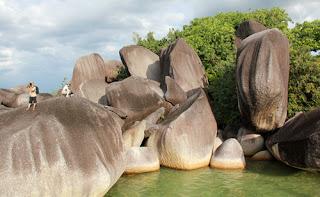 http://gallery-wisata.blogspot.com/2015/08/objek-wisata-alif-stone-park-natuna.html