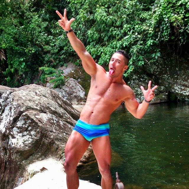 Wallace faz careta em pose para foto na Cachoeira do Sahy, em Mangaratiba Foto: Arquivo pessoal