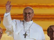 Papa Francisco I. Se baja del papamóvil y besa a un paralítico papa francisco