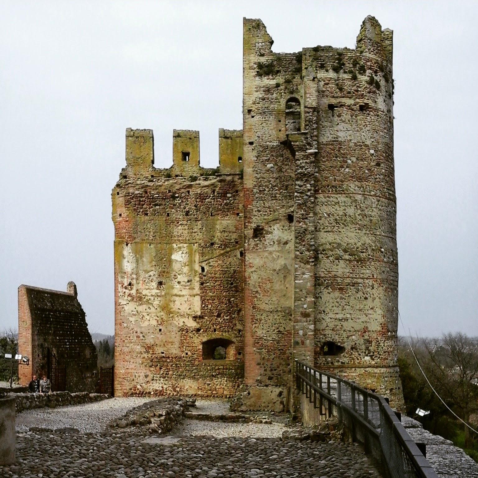 Valeggio sul Mincio particolare del Castello Scaligero - Foto di Monica Gatti La gatita sotto le due torri blog