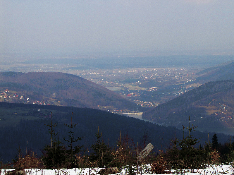 Na wysokości wsi Porąbka dolina Soły otwiera się na Pogórze Wilamowickie, gdzie widać Kęty i przylegające do nich Bulowice.