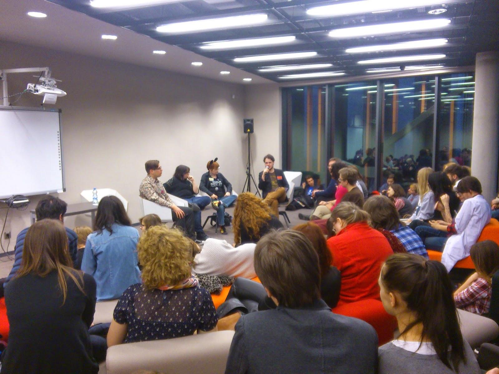 Serialkon – pierwszy w Polsce konwent o serialach odbył się 23 listopada w Krakowie w Bibliotece na Rajskiej i jej Artetece. Ryzykowny eksperyment takie głosy pojawiały się, gdy organizatorzy ogłosili swoją ideę. Zainteresowanie potencjalnych uczestników przerosło oczekiwania chyba wszystkich – ponad 800 osób zapisanych na wydarzeniu na FB, obszerny program prelekcji. W tym miejscu trzeba wspomnieć, że chętnych do wygłoszenia swojego wykładu było naprawdę sporo, a tylko nieliczni mogli wystąpić przed publicznością w niedzielę. Tego dnia było wszystko – ciekawe dyskusje, beznadziejne wystąpienia, poprzebierani maniacy, gry planszowe, różne, fanowskie rzeczy do kupienia – fan seriali mógł czuć się jak w niebie. Nasza relacja opiera się głównie na notatkach Lubej, której z tego miejsca serdecznie dziękuję :)  Na konwent docieramy około 11.20. Już przed wejściem do Arteteki można zgłosić się do punktu akredytacyjnego, jednak kilka osób mówi, żebyśmy weszli do środka, bo tam też można się zgłosić, a kolejka jest ciut mniejsza. Wchodzimy. Cztery dziewczyny siedzą za stołem i proszą do siebie. Rejestrujemy się. Dostajemy identyfikatory, na których możemy napisać swoje imię, pseudonim – co chcemy. Świetny pomysł, którego próżno szukać na innych, tego typu wydarzeniach. Po tym fancie, zostajemy zasypani informatorami, ulotkami, wizytówkami i zakładkami. Jeśli chcemy możemy uraczyć się październikowym numerem CD-Action. Lekko obładowani udajemy się do szatni, gdzie chowamy wszystkie te rzeczy, ciuchy i oznaczeni identyfikatorami chcemy udać się na pierwszą prelekcję.  Zaczepia nas Iza, koleżanka z koła naukowego, która chce zapytać o jedną z książek, którą opisywałem na blogu. Przy okazji mówi, że czyta posty i bardzo jej się podobają (BOŻE JAK MIŁO!). Po niej ustawia się kolejka moich fanów, bo nagle wszyscy mnie rozpoznają i chcą autograf.. Nie no, tak nie było, ale pomarzyć można. Wracając do Serialkonu. Udajemy się na pierwszą prelekcję, wcześniej zerkając na program i ro