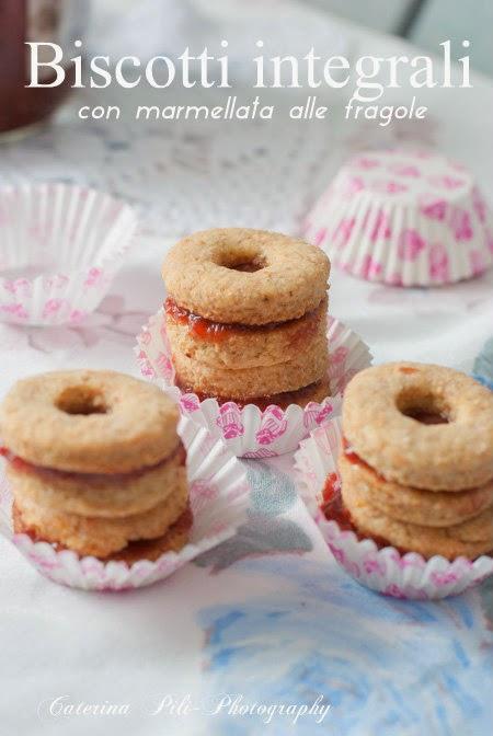 Biscotti integrali con marmellata alle fragole