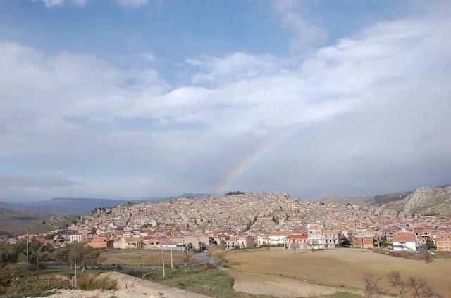 foto ripresa dalle serre, nello sfondo arcobaleno