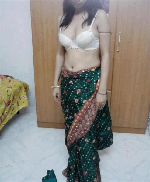 Hot Telugu Aunties Bedroom Saree Photo indianudesi.com