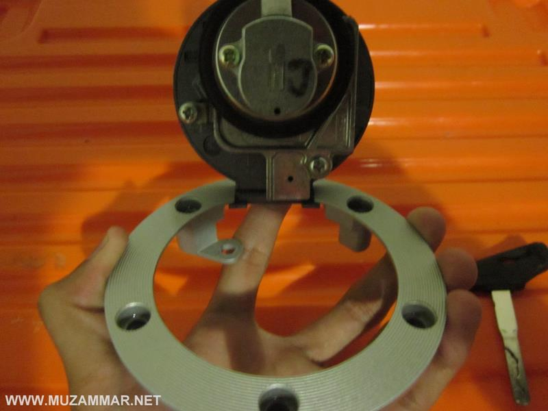 Iseng buka tutup tanki New Yamaha Vixion Lightning . . . begini toh bentuknya (ndeso)