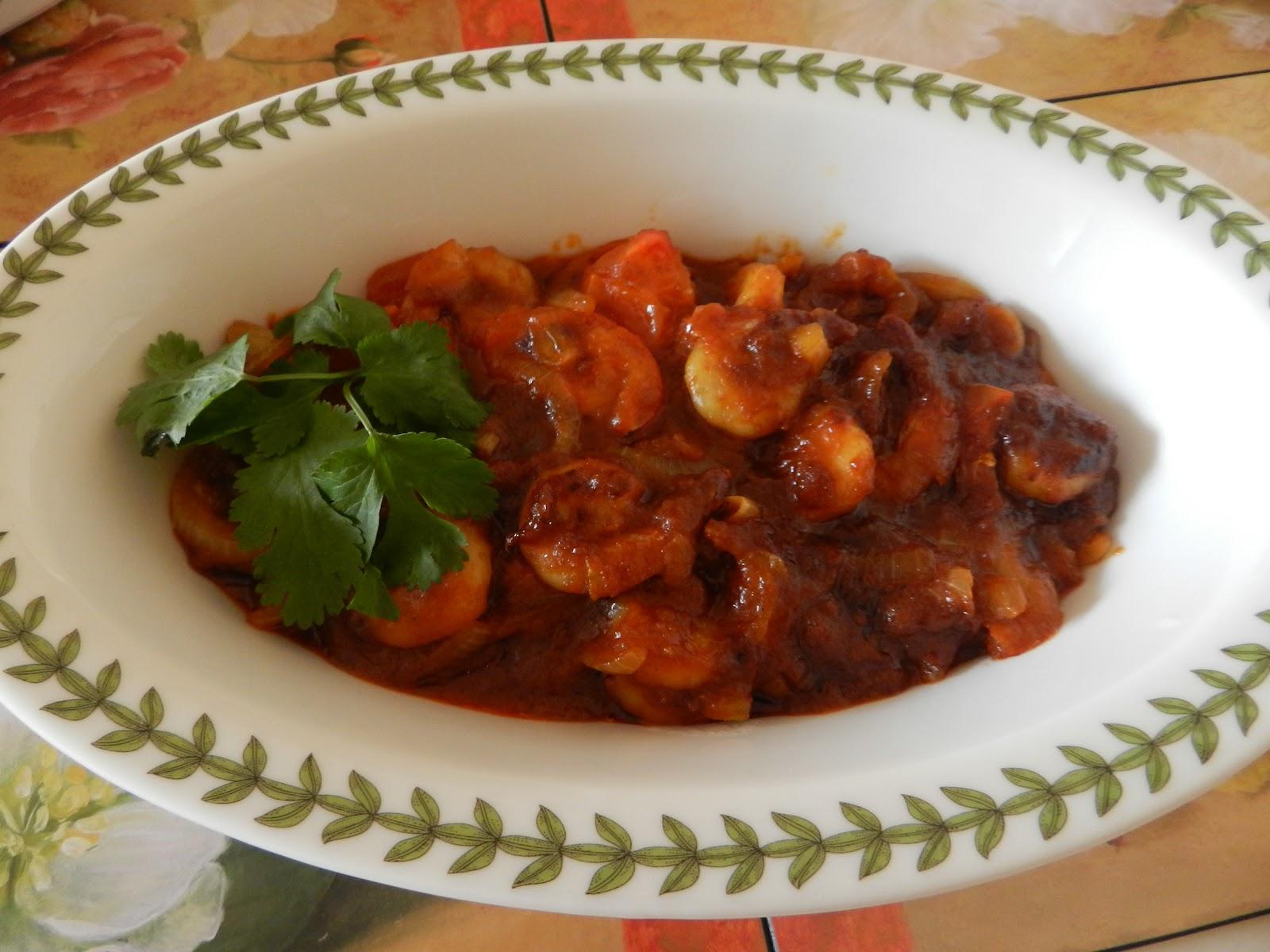 Nasi briyani sedap dimakan bersama acar mentah dan udang masak merah.