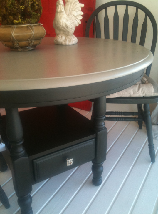 Round kitchen table and chairs painted with annie sloan for Painted round dining table and chairs
