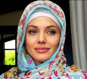 Angelina jolie menggunakan hijab