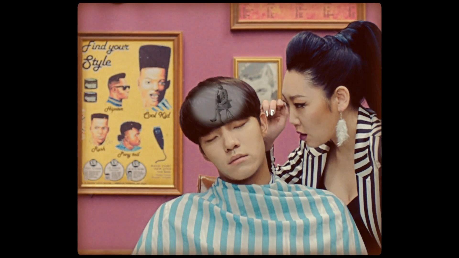 eSNa in Mamamoo's Ahh Oop MV