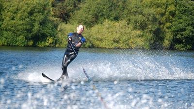 Pesara buta main ski air dua kali seminggu