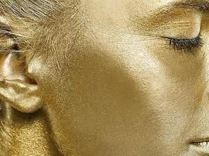 El medio de las arrugas alrededor de los ojos 26