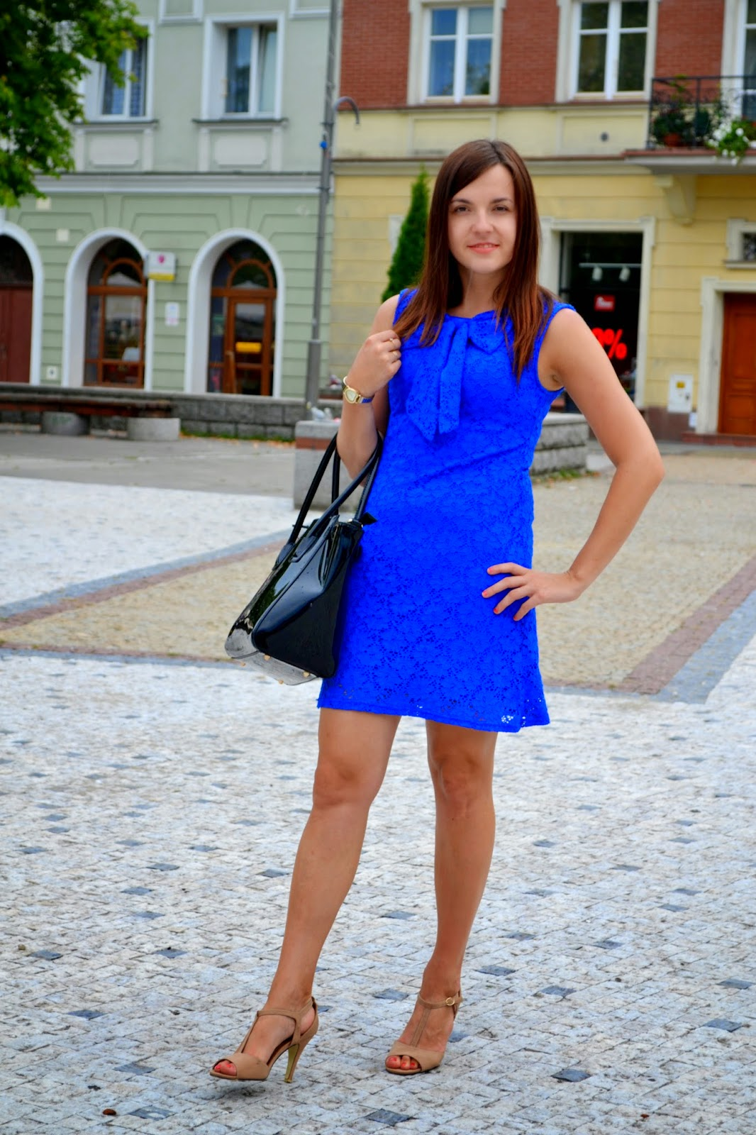 niebieska koronkowa sukienka, kolorowa sukienka, koronka, sukienka na wesele, niebieska sukienka z kokardą, dopasowana sukienka, obcisła sukienka