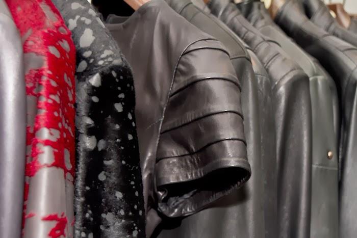 Detalle manga del vestido negro de cuero junto con más prendas de Gabriel Seguí