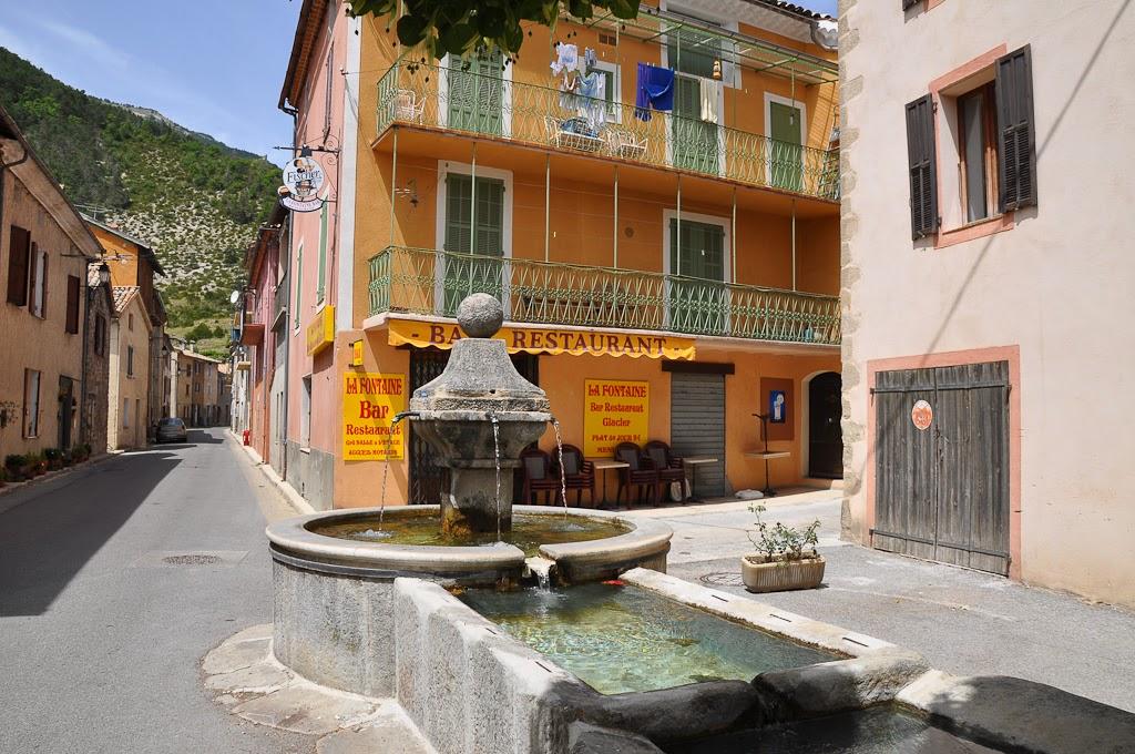 «Le Fugeret, fontaine» par Alpes de Haute Provence — http://www.flickr.com/photos/alpesdehauteprovence-tourisme/4418897503/. Sous licence CC BY 2.0 via Wikimedia Commons - http://commons.wikimedia.org/wiki/File:Le_Fugeret,_fontaine.jpg#mediaviewer/File:Le_Fugeret,_fontaine.jpg