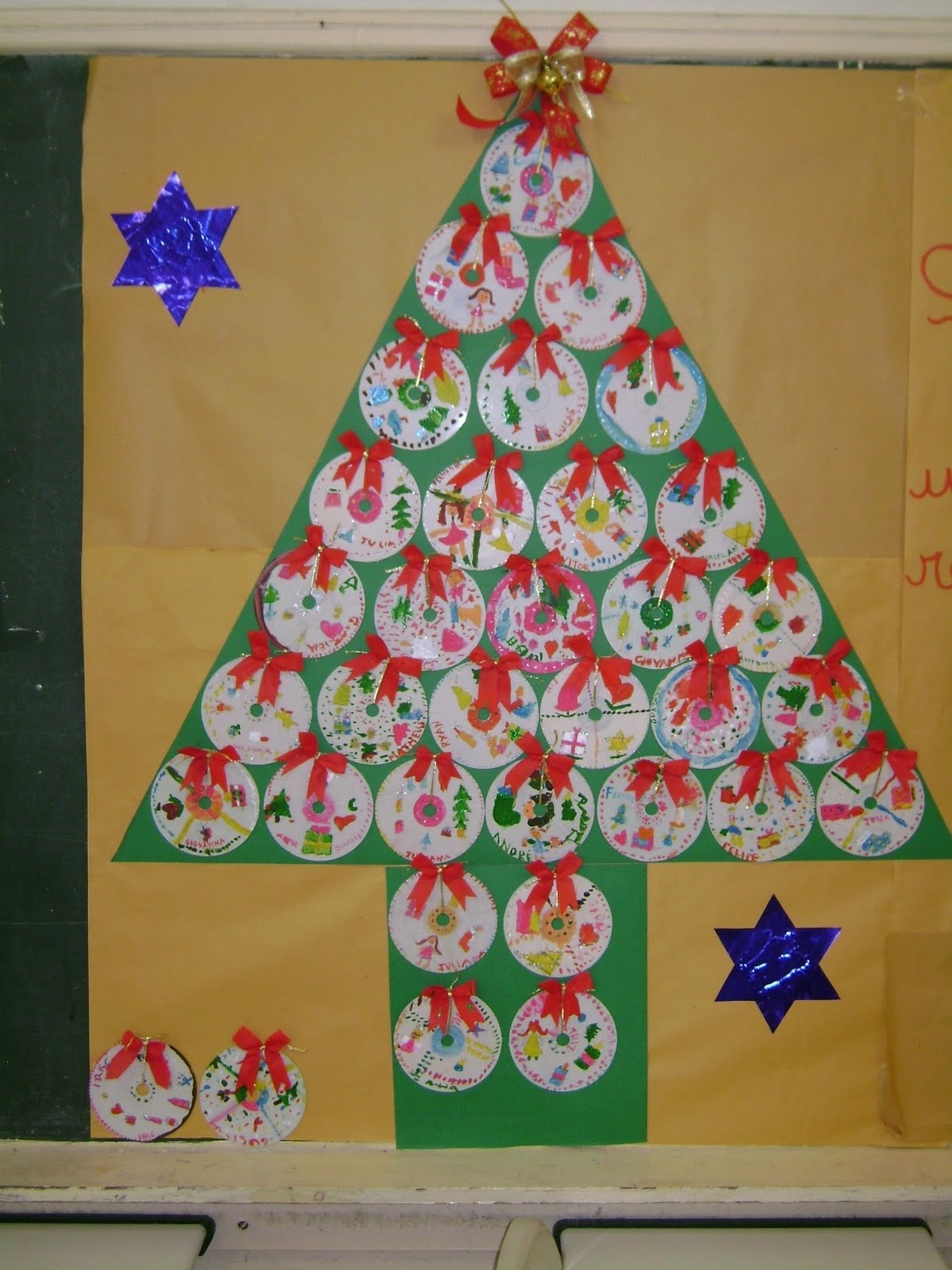 Espa o educar 13 rvores de natal feitas com reciclagem for Mural de natal 4 ano