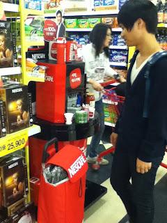 Coreanito en supermercado