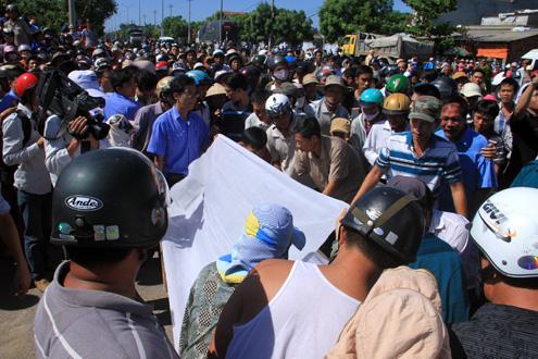 Hàng nghìn người chờ thi thể các giáo viên trên quốc lộ 1A
