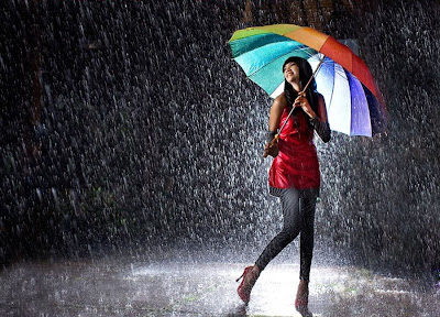 Cantando bajo la lluvia - Girl singing in the rain