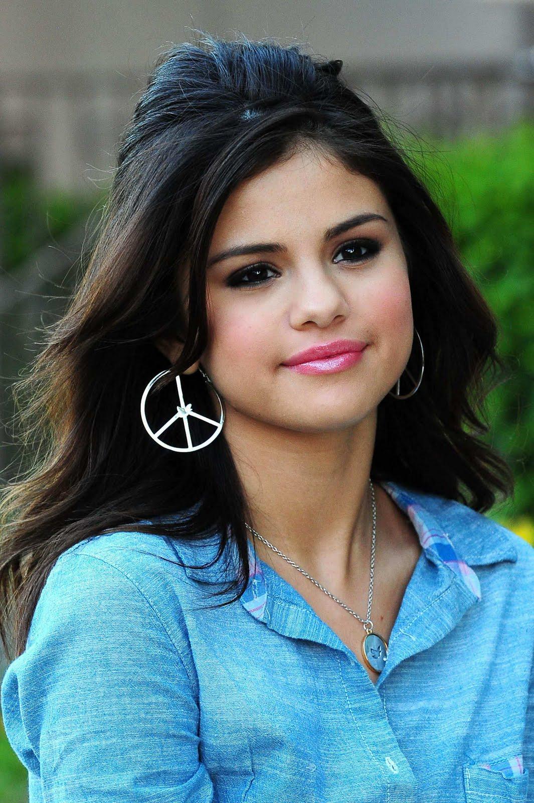 http://1.bp.blogspot.com/-TCHtG1cAgfE/TdHuzjQM4aI/AAAAAAAABQk/rEz9a4KCC8Y/s1600/Selena+Gomez+WalMart+Photoshoot+%25284%2529.jpg