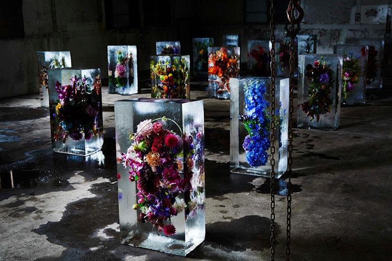 Flores Congeladas: Ramos de flores exóticas encerrados en bloques de hielo por Makoto Azuma