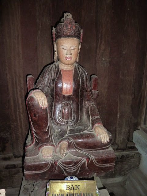 Estatuta madera lacada en But Thap
