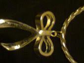 colar de couro dourado c lindo laço