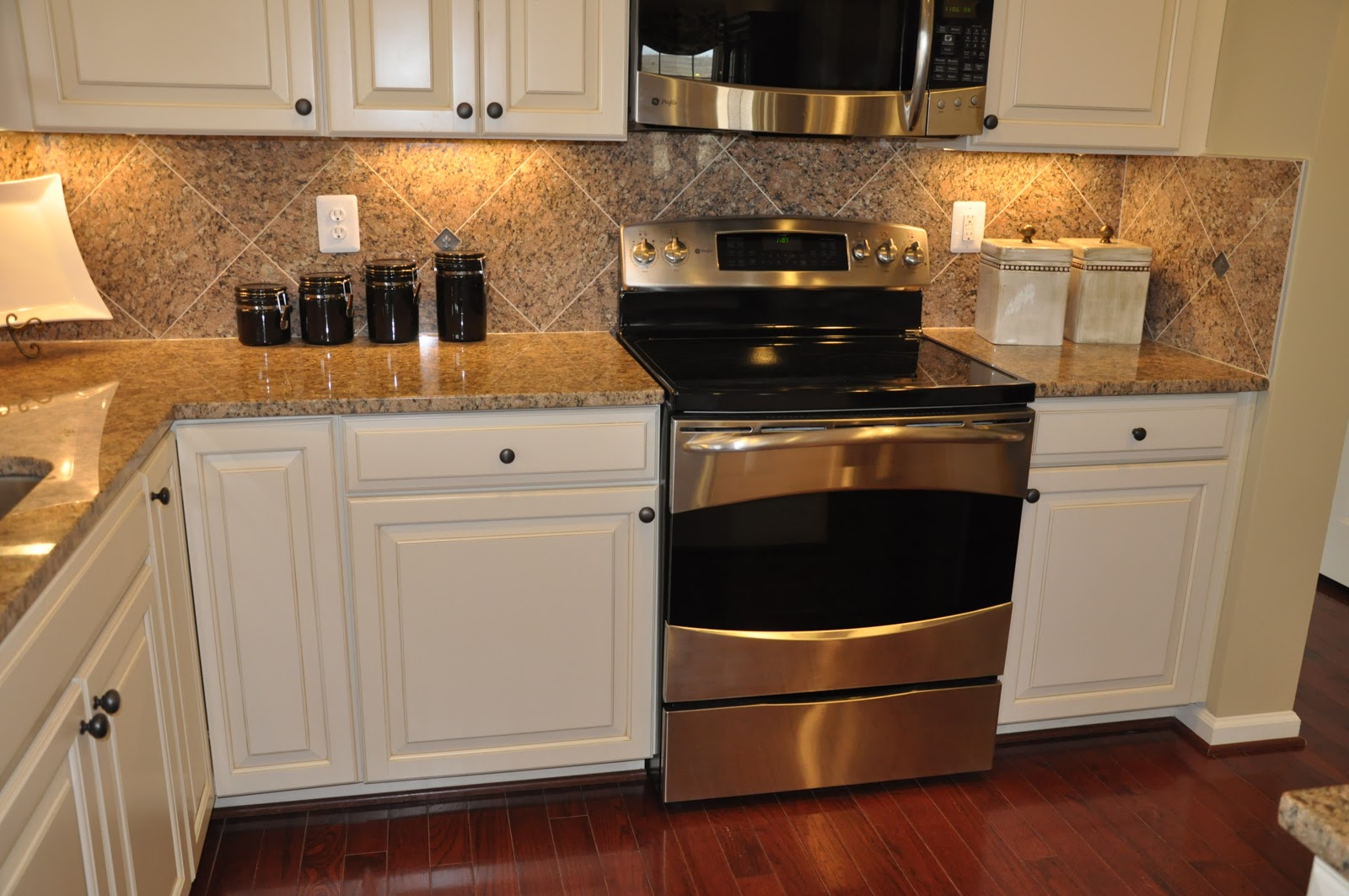 Building a Ryan Homes Ravenna: Pics of a cabinet & granite combo